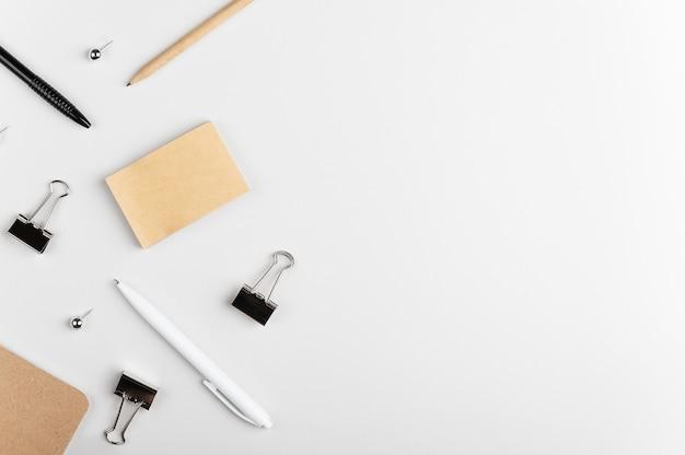 Autocollants vierges avec place pour texte, stylo, crayons, pinces à reliure et punaises