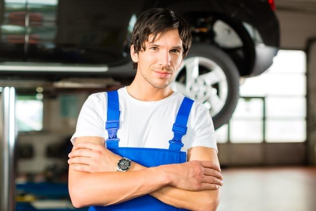 Automechaniker à seiner werkstatt
