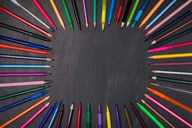 Automne automne 1er septembre annonce le concept de nouvelle année scolaire. haut au-dessus des frais généraux vue rapprochée photo de nombreuses variétés de crayons différents disposition en cercle isolé sur fond noir