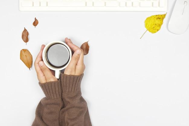 L'automne . café et cahier avec les feuilles d'automne sur bois.