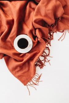 Automne, composition d'automne. une tasse de café allongé sur la couverture de gingembre chaud