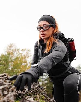 Automne en cours d'exécution en plein air entraînement escalade roches