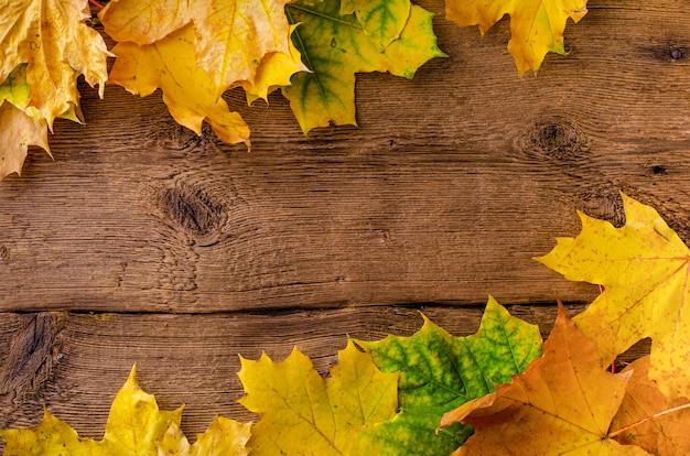 Automne feuilles tombées cadre sur fond en bois rustique. vue de dessus,.
