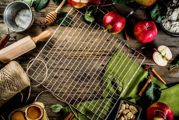 Automne fond de cuisine, concept de cuisson tarte aux pommes, pommes rouges fraîches, épices douces, sucre, farine