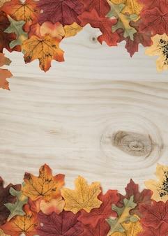 L'automne laisse cadre latéral sur la surface en bois