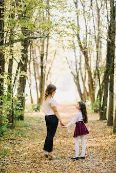 Automne mère et fille dans le parc