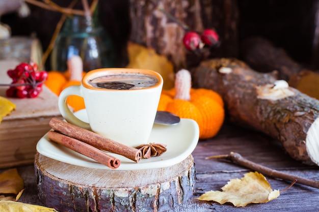 Automne nature morte avec boisson au café.