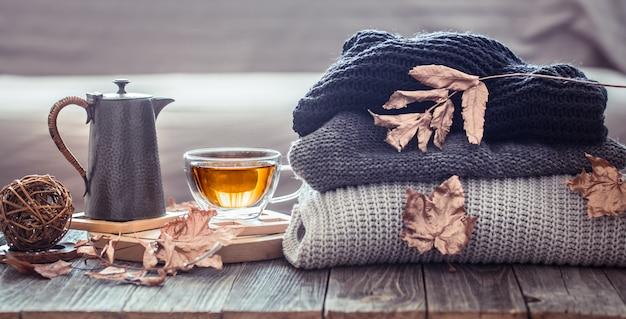 Automne nature morte confortable avec une tasse de thé