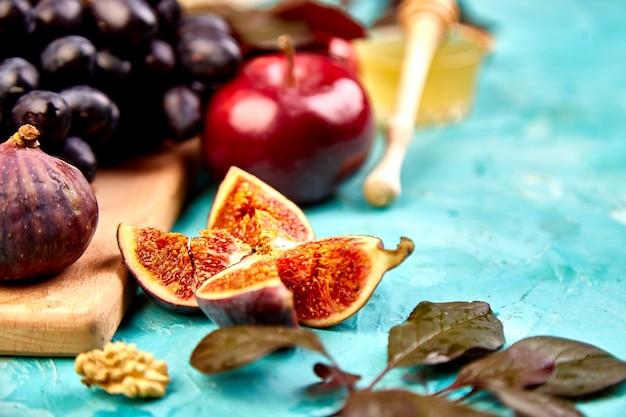 Automne nature morte avec fruits de saison raisin, pommes rouges et figues.