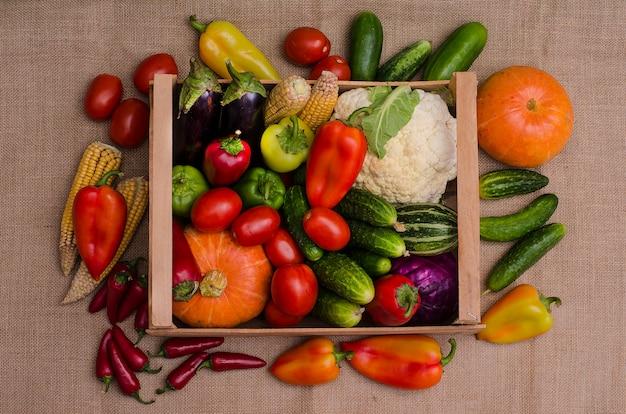 Automne nature morte de légumes dans une boîte en bois