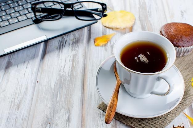 Automne nature morte avec une tasse de thé et des feuilles.