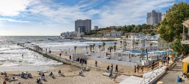 Automne sur la plage dans la station balnéaire d'arcadia à odessa