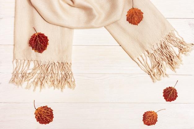 Automne plat poser, feuilles de saison automnale rouge de tremble, écharpe en tissu