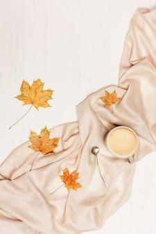 Automne plat poser avec tasse de café cappuccino et feuilles d'automne jaunes