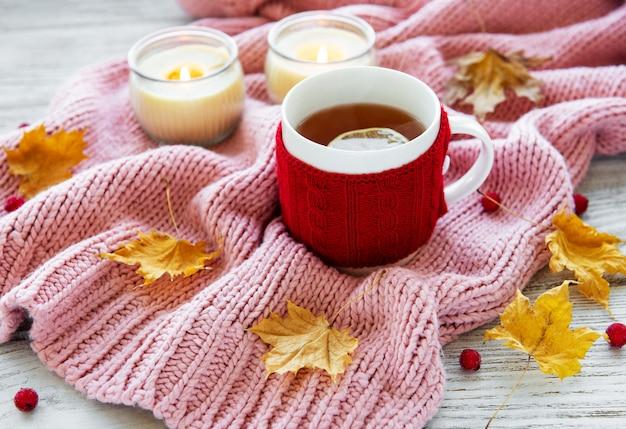 Automne plat poser avec tasse de thé et feuilles
