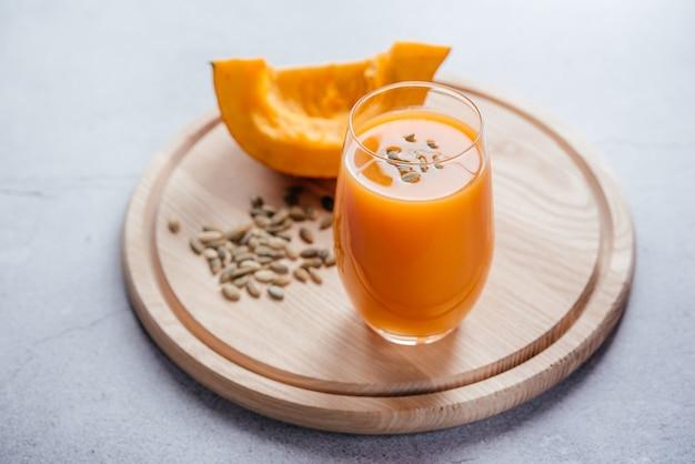 L'automne sain boit du jus de citrouille avec l'espace de copie de graines de citrouille
