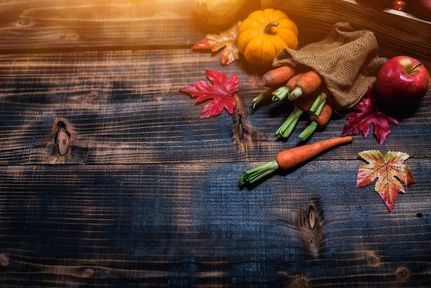 Automne et saison d'automne. récoltez la corne d'abondance et le concept de jour de thanksgiving avec des fruits et légumes.