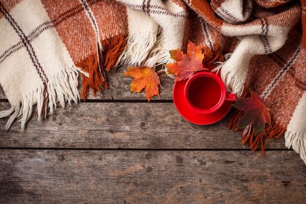 Automne avec une tasse de thé, plaid et feuilles