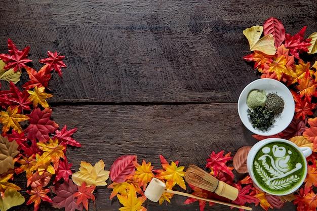 Automne, tasse de thé vert matcha en bois