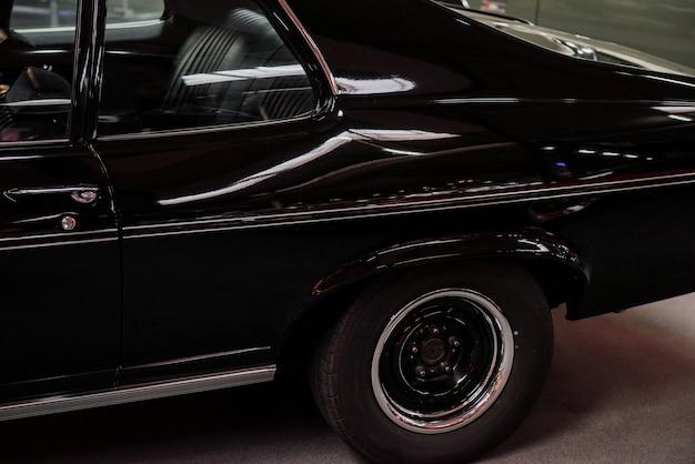 Automobile brillante noire de luxe capturée du côté