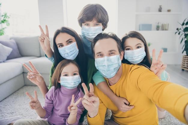 Autoportrait de belle belle douce grande famille complète pré-adolescents s'amusant à passer du temps à loisir montrant v-sign cov mers contamination de la maladie prévention des infections à l'appartement de la maison