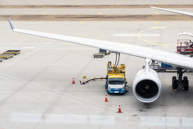 Les autorités alimentent les avions de la singapore airlines avant de prendre l'avion