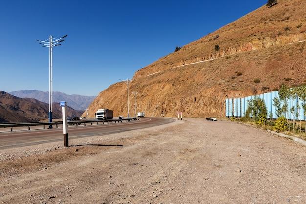 Une autoroute 373 tachkent osh. col du kamchik en ouzbékistan. la route entre les tunnels automobiles.