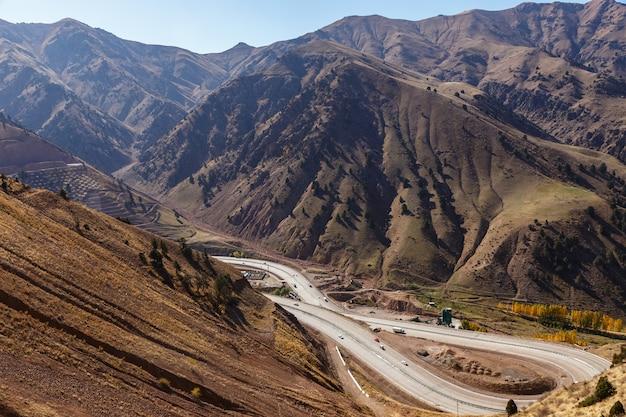 Une autoroute 373 tachkent osh, col du kamchik, ouzbékistan