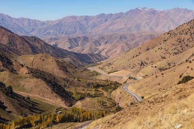 Une autoroute 373 tachkent-osh, passe de kamchik en ouzbékistan. route de montagne.
