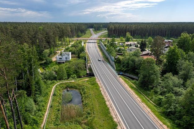 L'autoroute a1 via baltica (entre vilnius, riga et tallinn), section de route à côté de saulkrasti, lettonie, vue aérienne