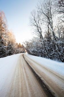 L'autoroute asphaltée en hiver. biélorussie