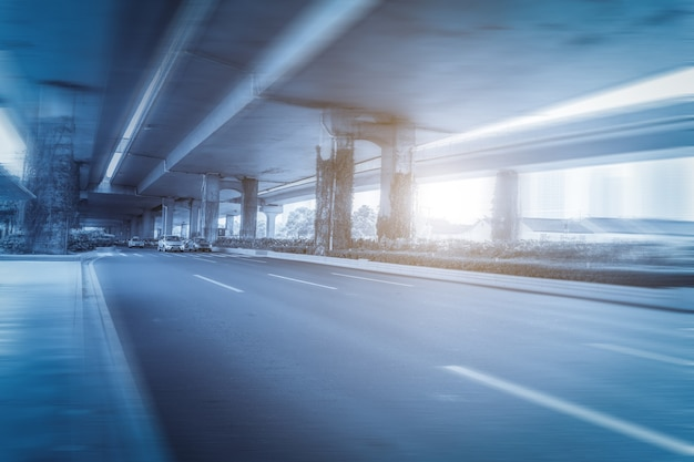 Autoroute asphaltée et viaduc urbain
