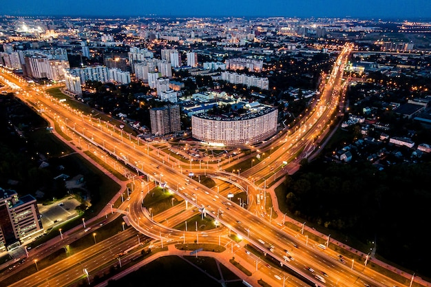Autoroute au crépuscule dans la ville moderne. carrefour routier dans la ville.