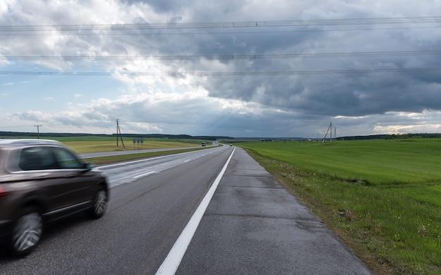 Autoroute avant la tempête. nuages dramatiques