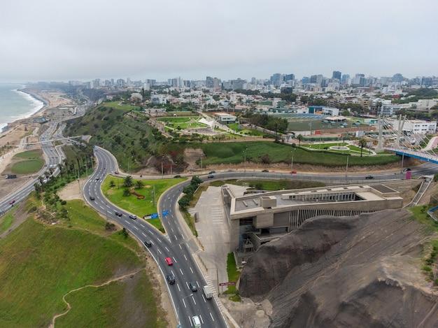 Autoroute de la costa verde, à la hauteur du quartier de miraflores dans la ville de lima, pérou.