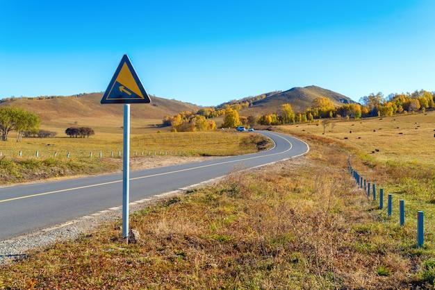 Autoroute dans la prairie