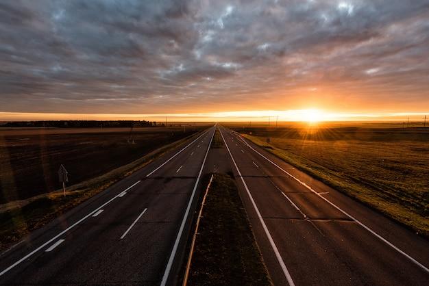 Autoroute à deux voies au lever du soleil