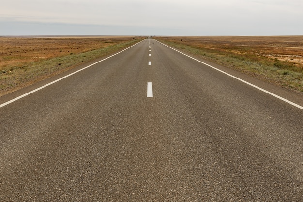 Autoroute e38 dans la steppe du kazakhstan