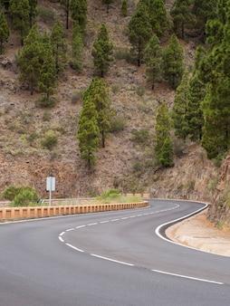 Autoroute entourée de montagnes