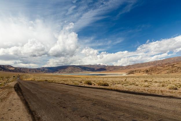 Autoroute le long du réservoir orto tokoy, kirghizistan