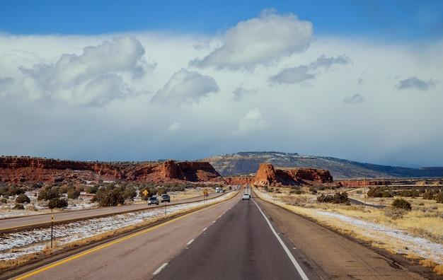 Autoroute sur la montagne du nouveau-mexique