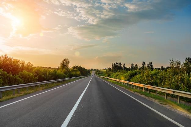 Autoroute rapide à travers le champ. route asphaltée