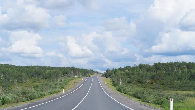 Autoroute ou route asphaltée à travers la forêt.