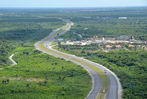 Autoroute à travers la forêt tropicale, vue aérienne.