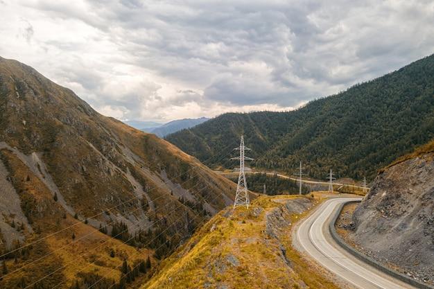 Autoroute à travers les montagnes