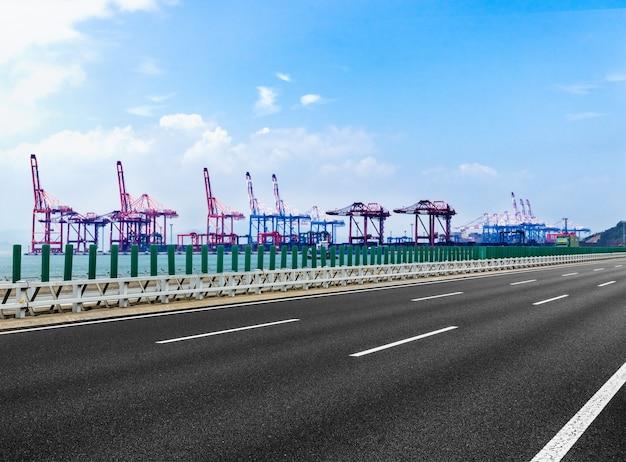 L'autoroute traverse la jetée portuaire