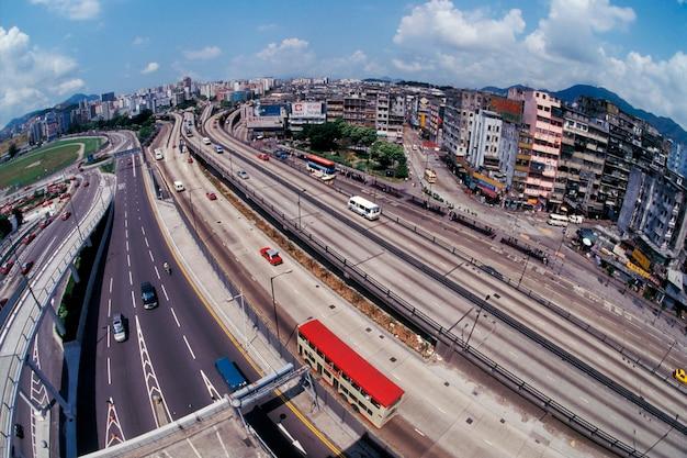 Une autoroute traverse les nouveaux territoires de hong kong.
