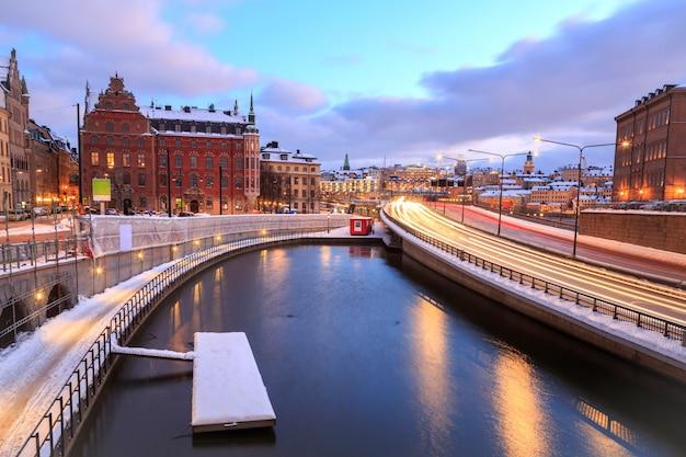 Autoroute vers le paysage urbain de stockholm