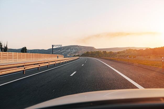 Autoroute vide à l'aube, vue du point de vue du conducteur