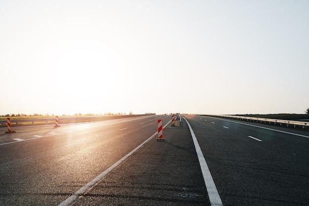 Autoroute vide avec une bonne route goudronnée et un ciel nuageux